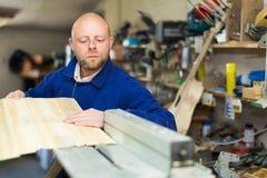 Man arbete på en maskin på det wood seminariet Fotografering för Bildbyråer