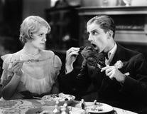 Man att äta en grillad kalkon med kvinnan (alla visade personer inte är längre uppehälle, och inget gods finns Leverantörgarantie arkivfoto