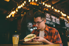 Man att äta i en restaurang och att tycka om läcker mat Arkivfoton