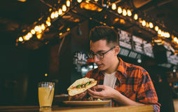 Man att äta i en restaurang och att tycka om läcker mat Arkivbild