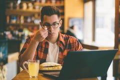 Man att äta i en restaurang och att tycka om läcker mat Royaltyfri Fotografi