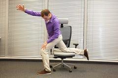 Man att öva på stol i regeringsställning, den sunda livsstilen fotografering för bildbyråer