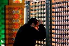 Man att be i den Bibiheybat moskén, precis yttersidan Baku, huvudstad av Azerbajdzjan royaltyfria bilder