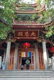 Man att be på den Nanputuo templet i den Xiamen staden, Kina Royaltyfri Fotografi