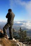 Man att beundra sikten uppifrån av berg Arkivbild