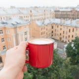 Man att dricka kaffe på balkong med bästa sikt för tak POV Royaltyfria Bilder
