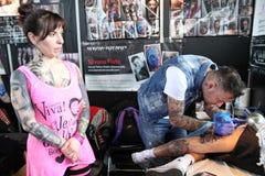 Man att få en tatuering, på en tatueringstudio royaltyfri fotografi