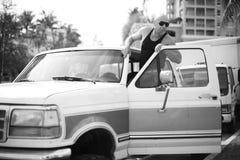 Man att få in i hans lastbil royaltyfri bild