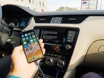 Man att förbinda till Apple som är cArPlay den nya iphonen X 10 vid Apple Royaltyfri Fotografi