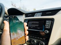 Man att förbinda till Apple som är cArPlay den nya iphonen X 10 vid Apple Royaltyfri Foto