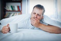 Man att försöka att vakna upp i morgonen royaltyfri bild