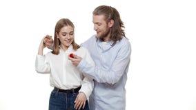 Man att förvåna hans partner med förlovningsringen över isolerad vit bakgrund lager videofilmer
