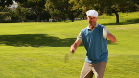 Man att fira på den sättande gräsplanen av golfbanan lager videofilmer