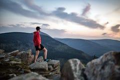 Man att fira solnedgången som ser sikt i berg arkivfoton
