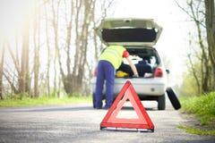 Man att fixa ett bilproblem efter medelsammanbrott på vägen arkivfoton