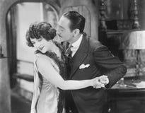 Man att försöka att kyssa en kvinna som head är bortvänd (alla visade personer inte är längre uppehälle, och inget gods finns Lev Arkivbild