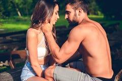 Man att gå för en kyss från hans flickvän Arkivfoto