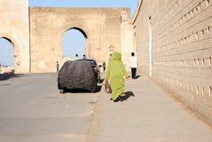 Man att gå i Medina av Fez i Marocko royaltyfria foton
