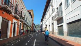Man att gå på en cykel i den historiska mitten av Quito Den historiska mitten förklarades av UNESCO det första kulturarvet Royaltyfria Bilder