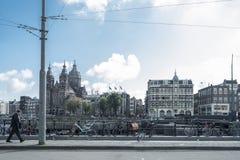 Man att gå på gatorna av amesterdam med cyklar Royaltyfri Fotografi