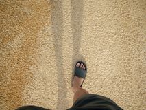 Man att gå på stranden i solig dag Koppla av, semestra Co, lyckligt royaltyfri bild