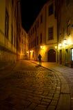 Man att gå runt om gatan av den gamla staden på natten i Pragu Royaltyfri Foto