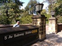 Man att gå ut stationen för gångtunnelen för avenyn för New York City ` s 5th, drev för N Q R, Central Park, Manhattan, NYC, NY,  Arkivbild
