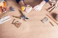 Man att göra den handgjorda gåvan för hans älskade fru eller flickvän Arkivbilder
