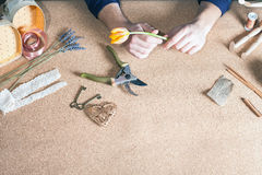 Man att göra den handgjorda gåvan för hans älskade fru eller flickvän Arkivbild