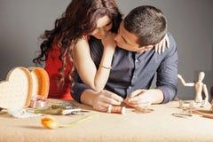 Man att göra den handgjorda gåvan för hans älskade fru eller flickvän Royaltyfri Fotografi