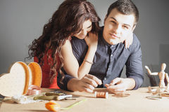 Man att göra den handgjorda gåvan för hans älskade fru eller flickvän Arkivfoton