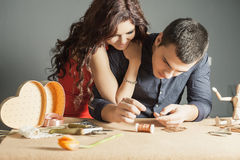 Man att göra den handgjorda gåvan för hans älskade fru eller flickvän Arkivfoto