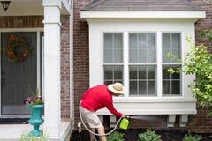 Man att göra ren undersidan av ett fjärdfönster royaltyfria bilder