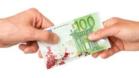 Man att ge euro 100 till en kvinna som är blodig Arkivfoto