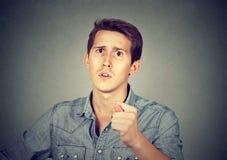 Man att ge tummen, fingerfigagest som du får noll ingenting Fotografering för Bildbyråer