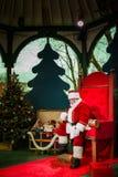 Man att göra Santa Claus och att vänta på den nästa ungen Arkivbild
