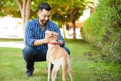 Man att ha en bra tid med hans hund Royaltyfri Bild