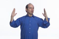 Man att indikera stort format med händer som är horisontal royaltyfri bild