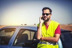 Man att kalla till försäkringsbolag efter en bilsammanbrott Arkivbilder