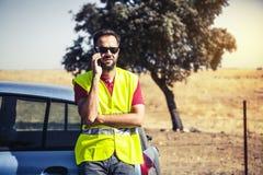 Man att kalla till försäkringsbolag efter en bilsammanbrott Royaltyfri Foto