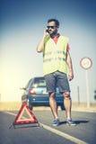 Man att kalla till försäkringsbolag efter en bilsammanbrott Arkivfoto