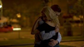 Man att krama hans härliga blonda flickvän med all förälskelse, lång-väntat på möte stock video