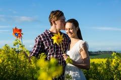 Man att kyssa på kvinnapannan i senapsgult fält Royaltyfria Foton