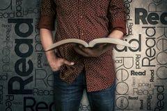 Man att läsa en bok, och ordet läste på bakgrunden royaltyfria foton
