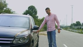 Man att låsa dörren för bil` s med fjärrkontrollbilen upp stock video