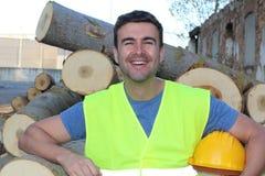 Man att le, når du har klippt en grupp av träd Arkivfoton