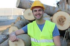 Man att le, når du har klippt en grupp av träd Royaltyfri Fotografi