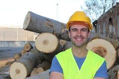 Man att le, når du har klippt en grupp av träd Royaltyfria Bilder