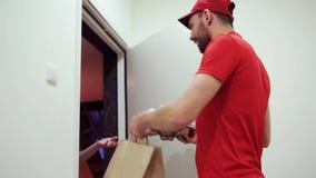 Man att leverera kaffe och mat till kundhemmet stock video