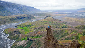 Man att placera på en avsats av ett berg som tycker om dalen för den härliga sikten i Thorsmork arkivbild